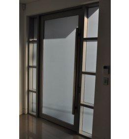 Detaylı alüminyum kapı